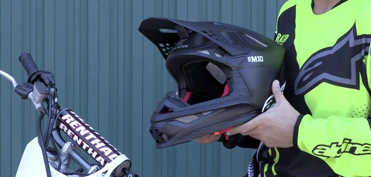 Alpinestars Supertech S-M10, 1er casque motocross de la marque