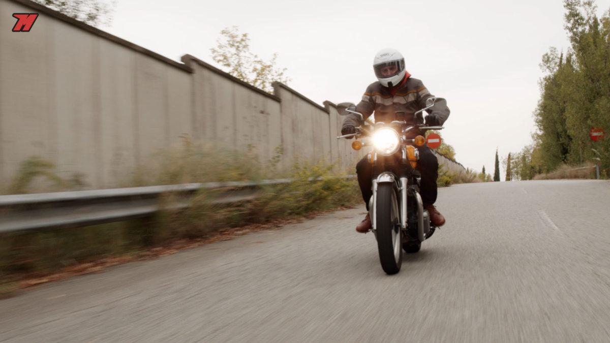 Una moto sin carenado hace que escoger el casco sea mucho más importante (si cabe)
