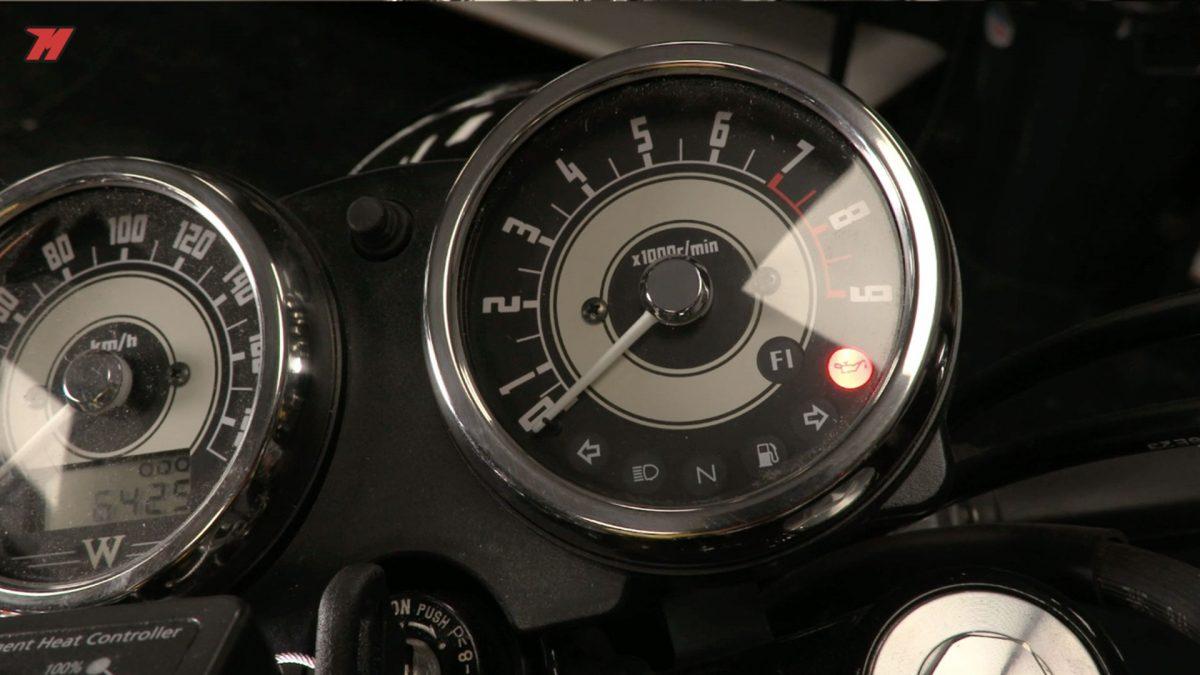 No esperes a que el avisador de tu moto se encienda.
