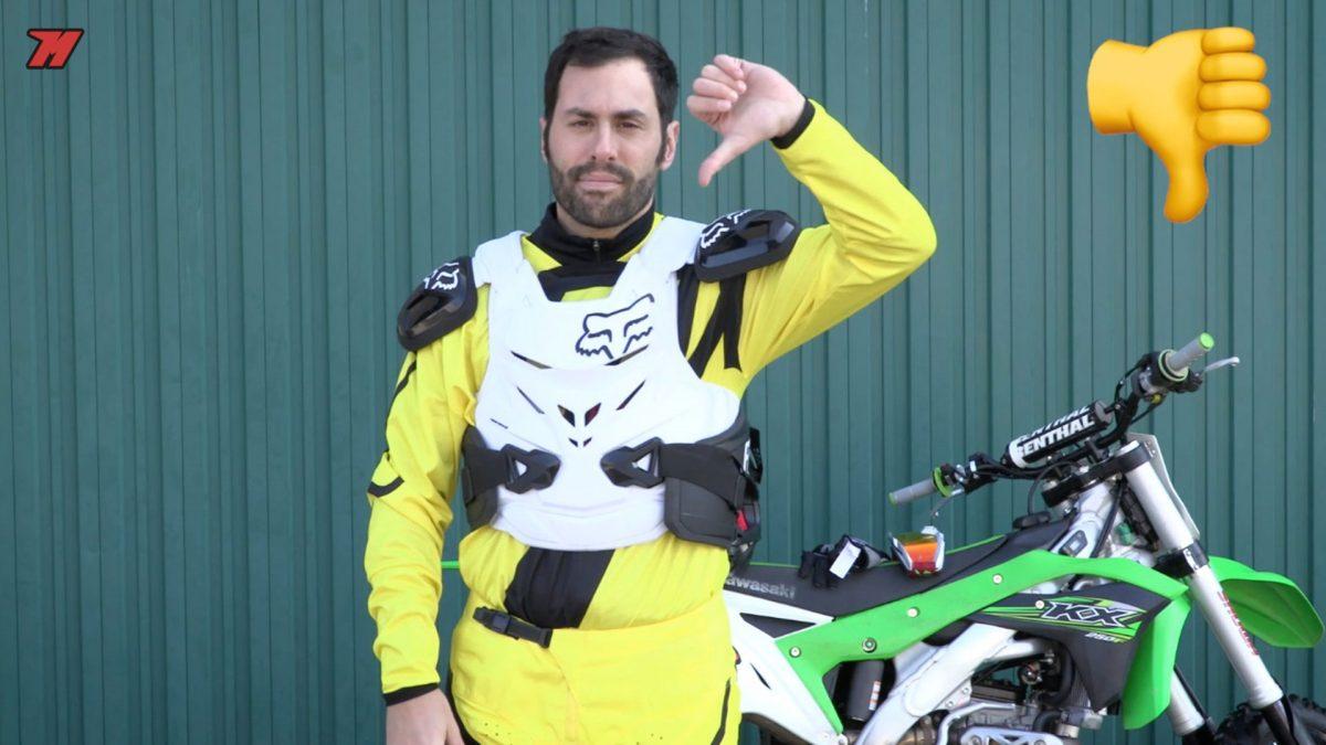 Las protecciones de motocross nunca por fuera