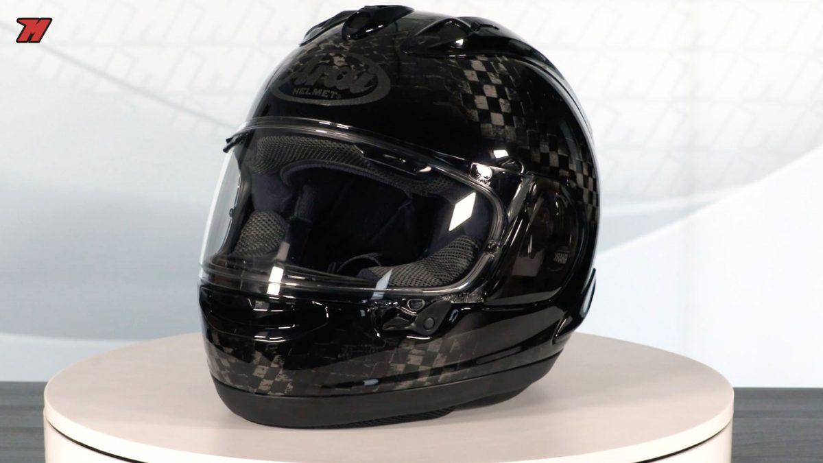 Este casco Arai está hecho de carbono.