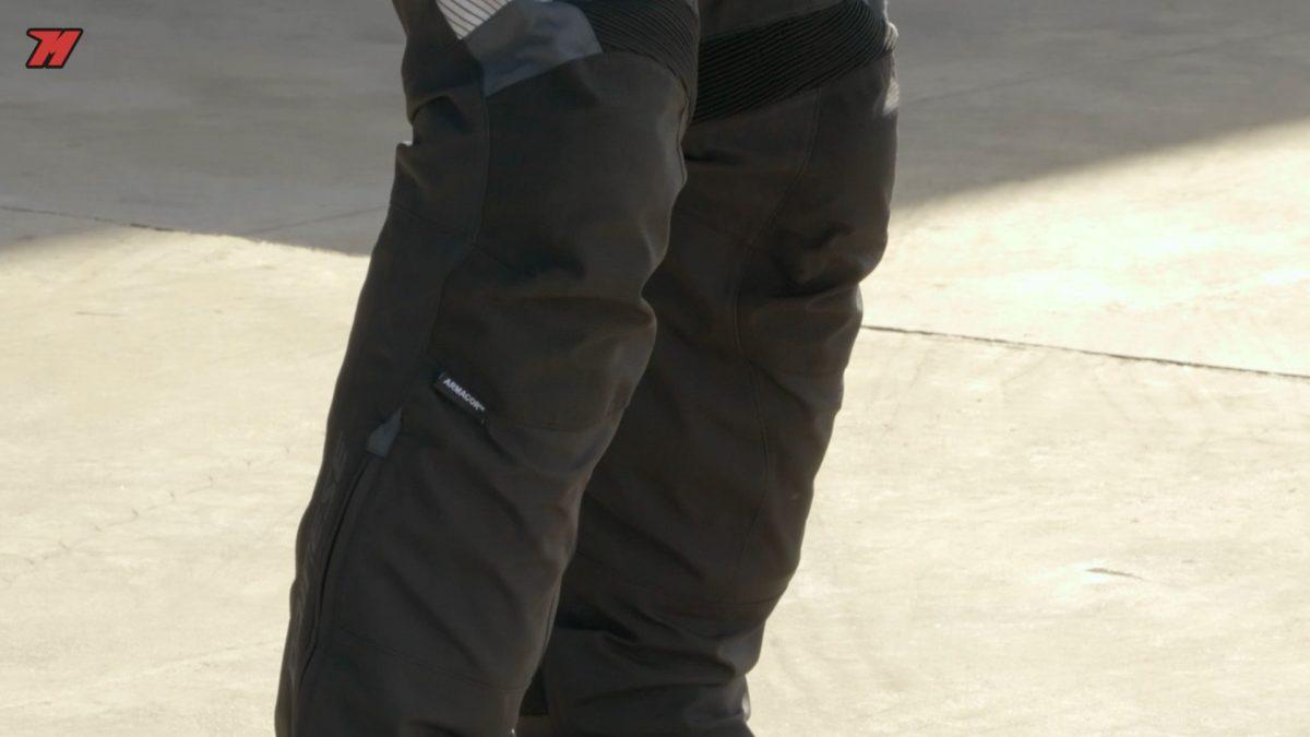 El pantalón Dainese incorpora una membrana Gore-tex y un forro térmico