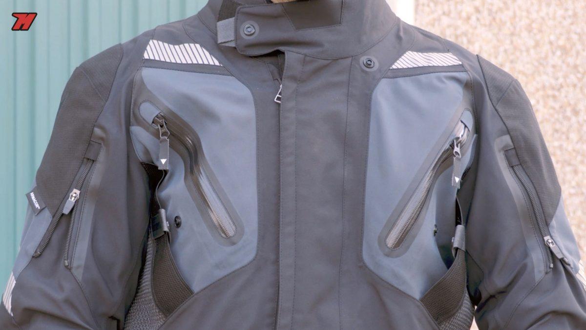 Esta chaqueta de moto touring tiene unas características de alta gama