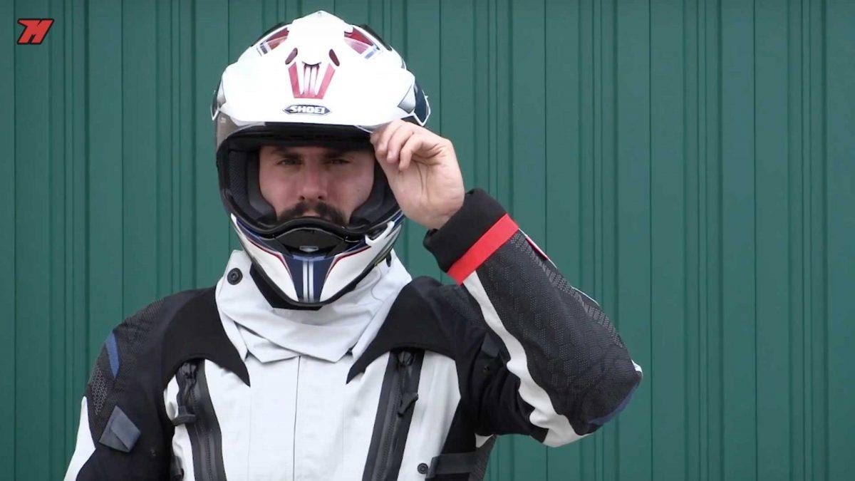 Un casco adventure incorpora una pantalla y una visera