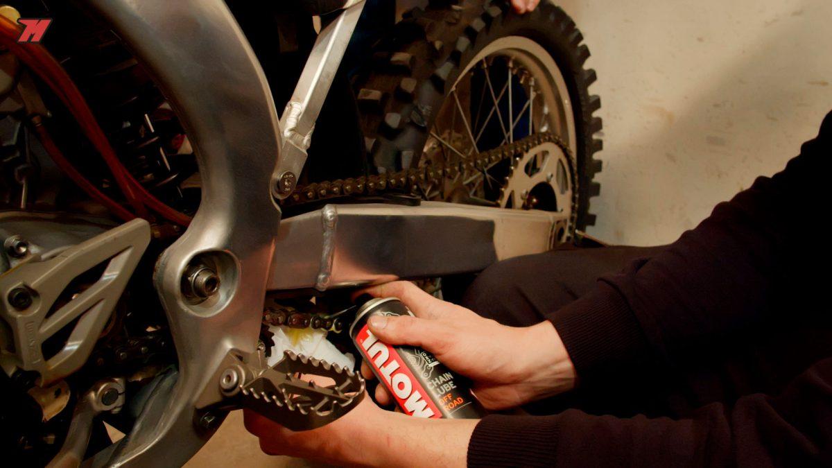 Hay productos específicos para la cadena de una moto off road.