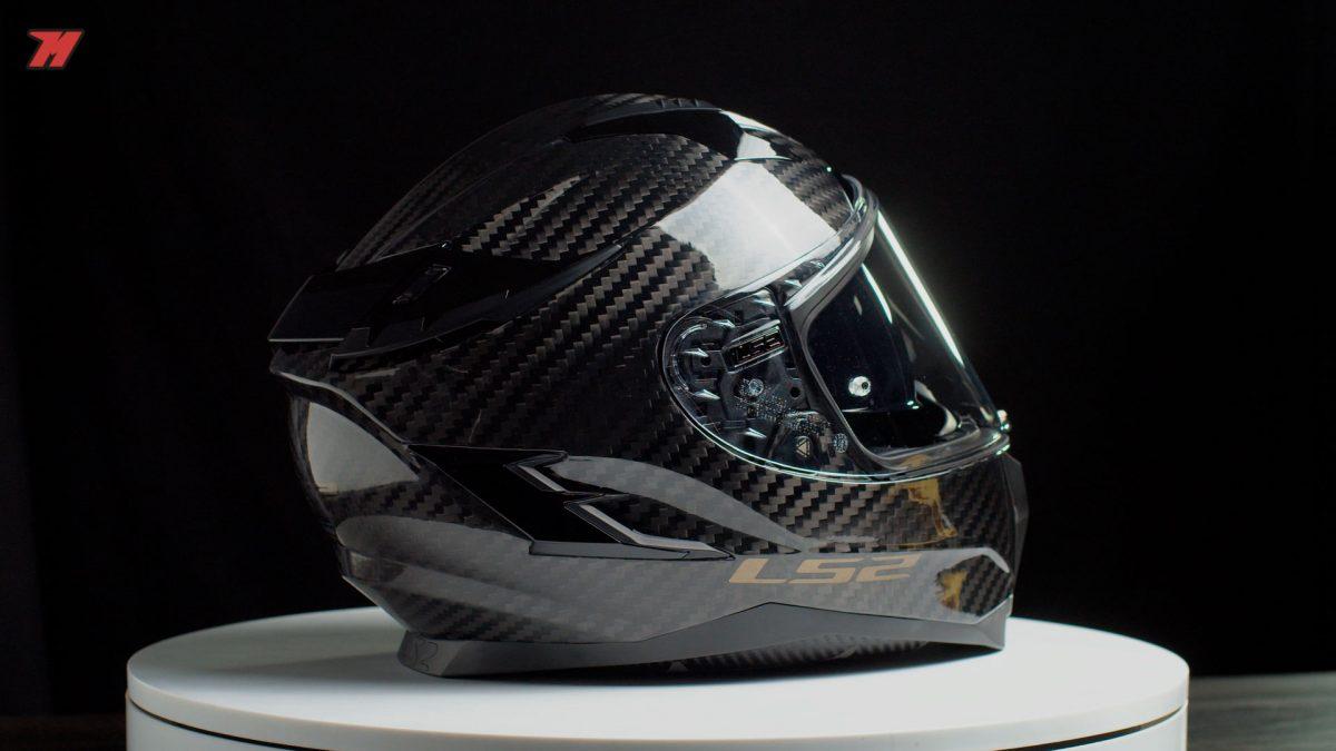 El spoiler trasero sirve para expulsar el aire caliente del interior del casco.