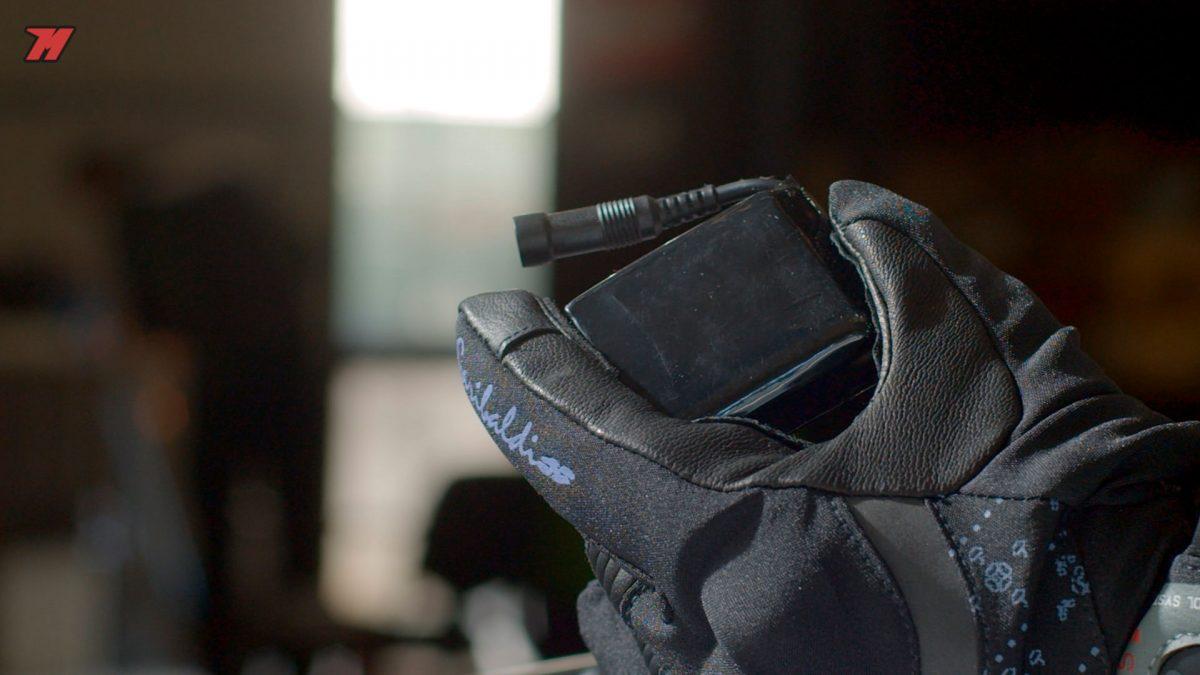 Estos guantes incorporan una batería.