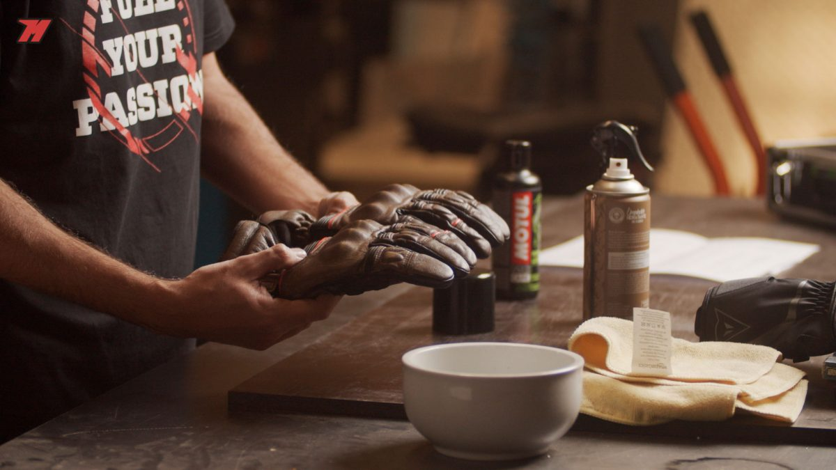 ¿Piel o cordura? No es lo mismo limpiar los guantes de moto de uno u de otro material.
