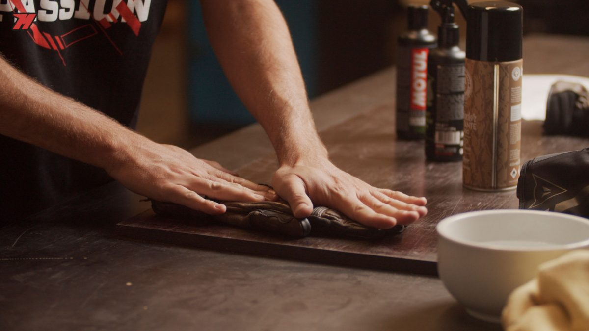 Es recomendable secar los guantes de moto de manera natural sin una fuente de calor.