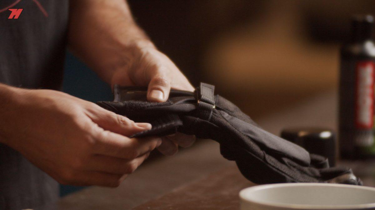 ¿Qué hay que tener en cuenta antes de limpiar los guantes de moto?