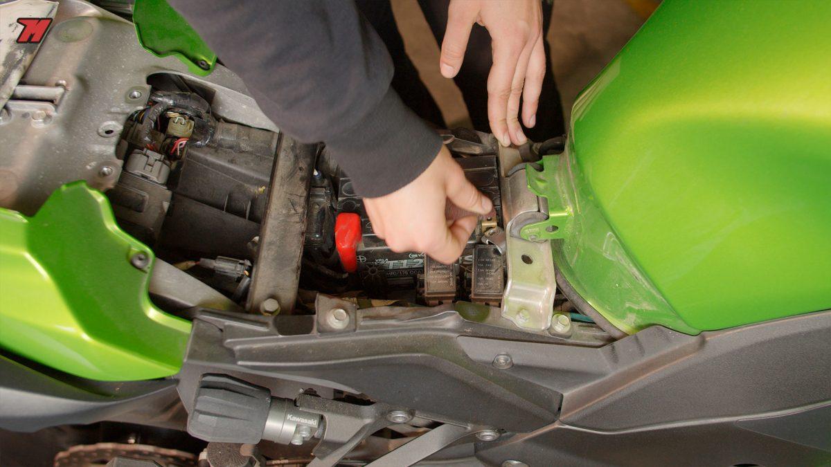 Si vas a dejar la moto parada mucho tiempo, es recomendable desconectar la batería