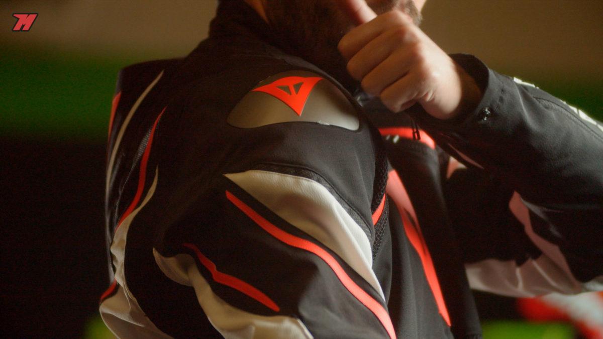 esta chaqueta equipa deslizaderas en los hombros y protecciones de garantías.