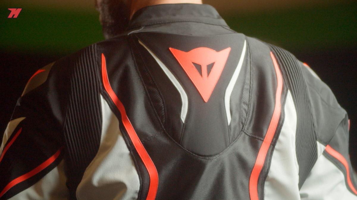 La chaqueta Dainese Estrema incorpora una joroba en la parte trasera.