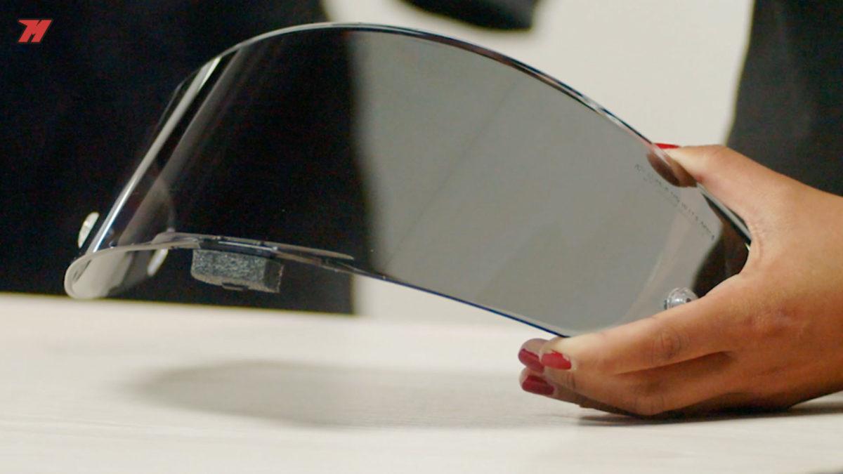 Una pantalla del casco ahumada también puede ser muy útil.