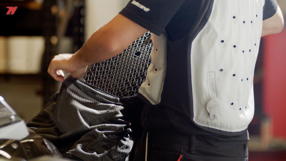Una protección dorsal también se puede incluir en euna chaqueta de moto de verano.