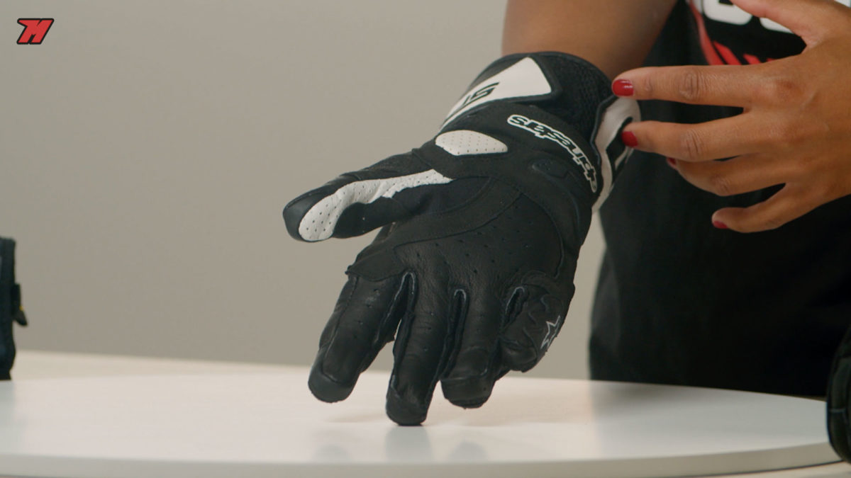 La palma de un guante de moto debe ofrecer un buen agarre a los mandos.