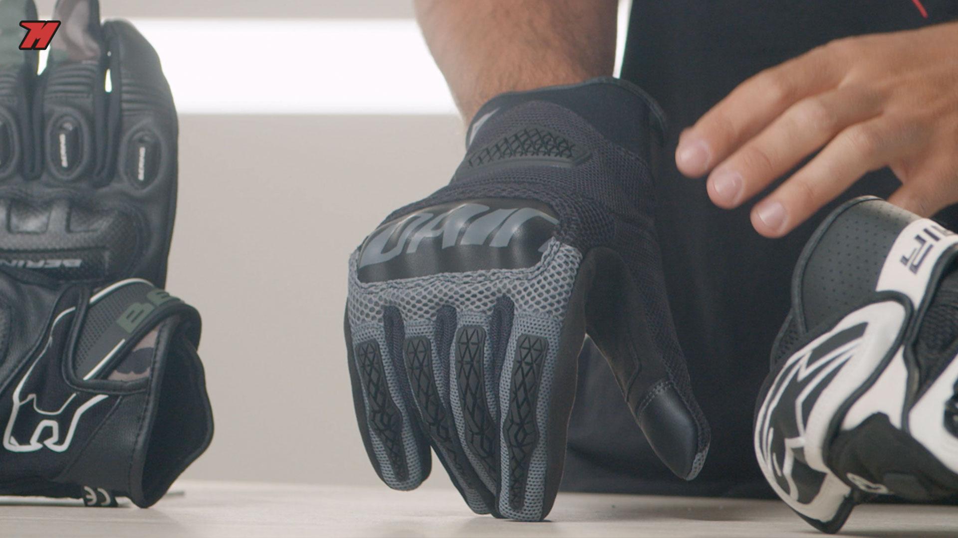 Los Dainese Bora son unos guantes de moto para verano muy ligeros.