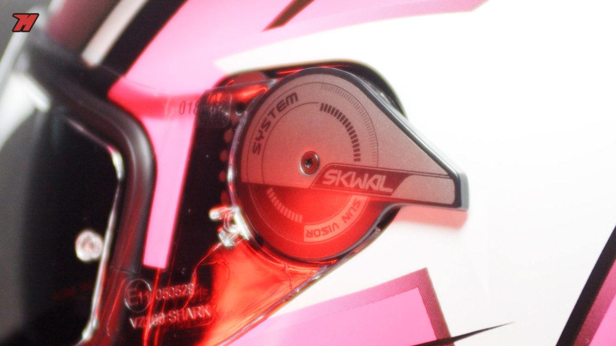 El visor solar se ha integrado en el mecanismo de la pantalla.