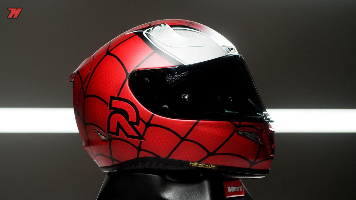 El acabado mate de este casco de Spider-man es impresionante.