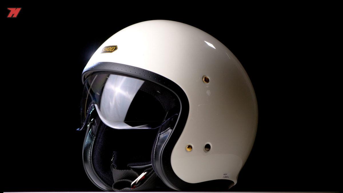 El Shoei J.O es un casco jet con una calota exterior fabricada en un compuesto avanzado de fibras.
