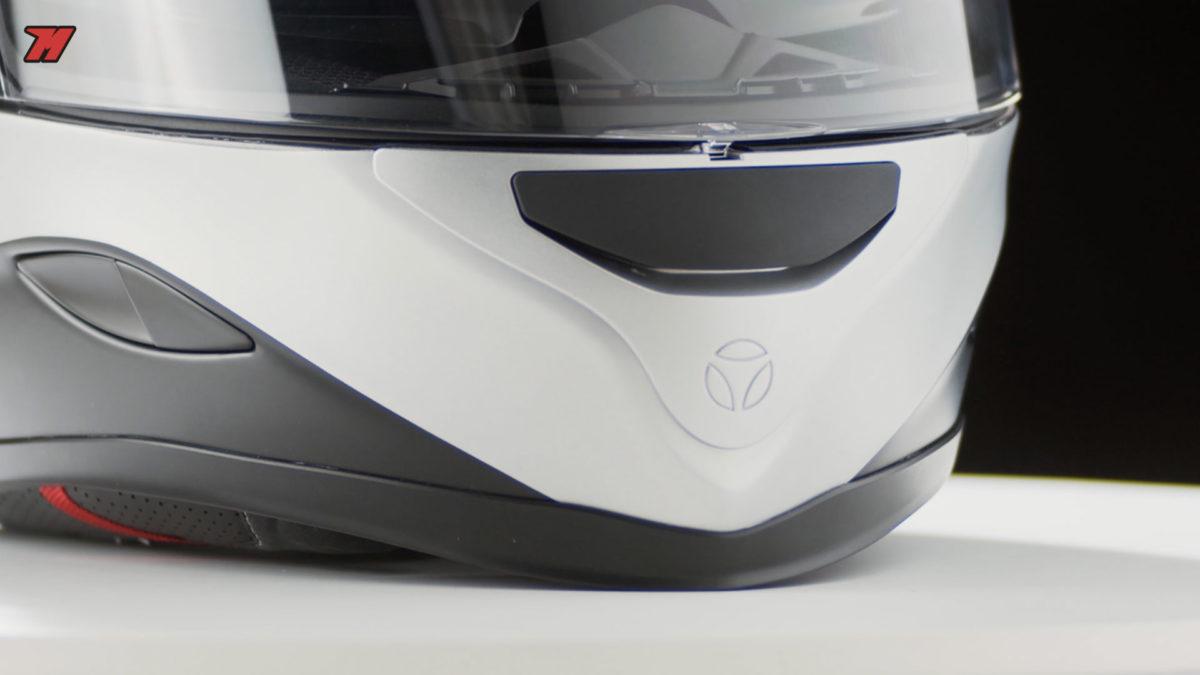 Detalles de calidad en este casco de fibra.