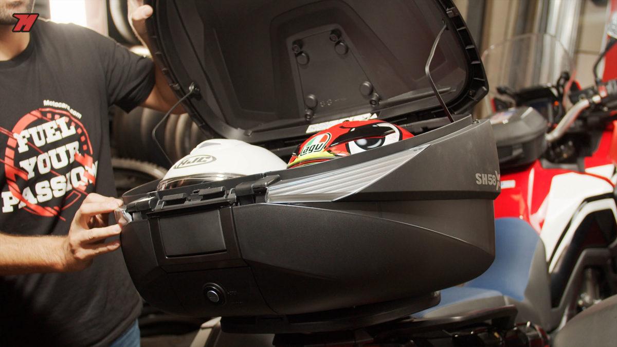 En el baúl de moto Shad caben 2 cascos integrales.