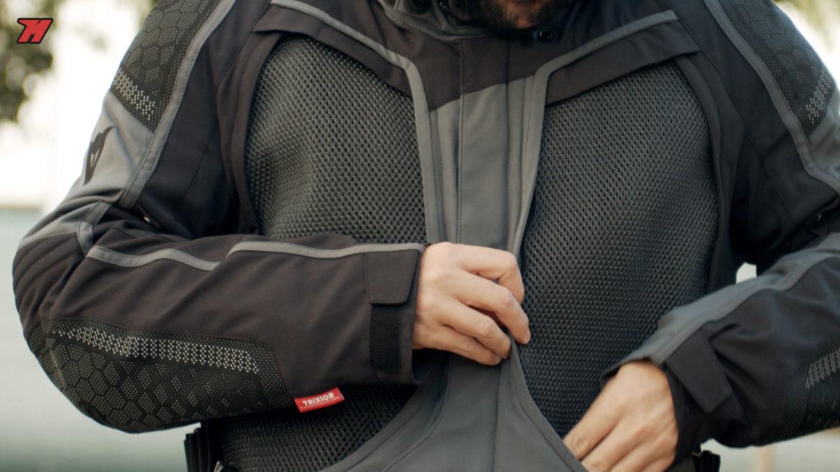Esta chaqueta incorpora forro interior térmico y extraible.