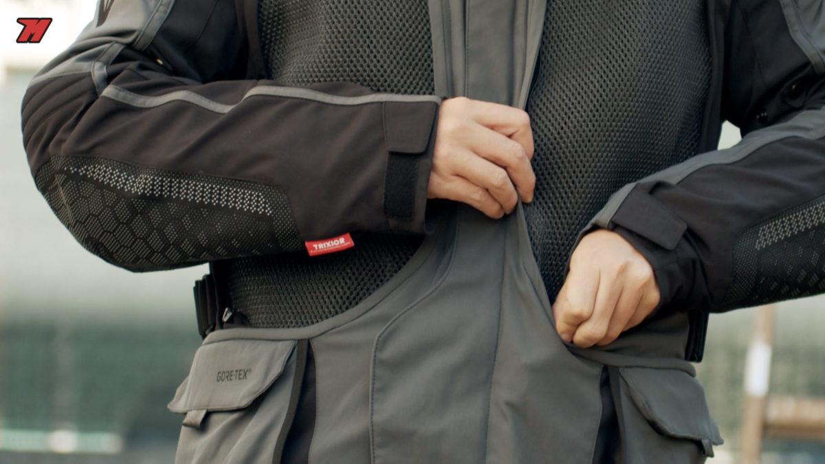Esta chaqueta Dainese se puede convertir en una chaqueta para verano en unos segundos.