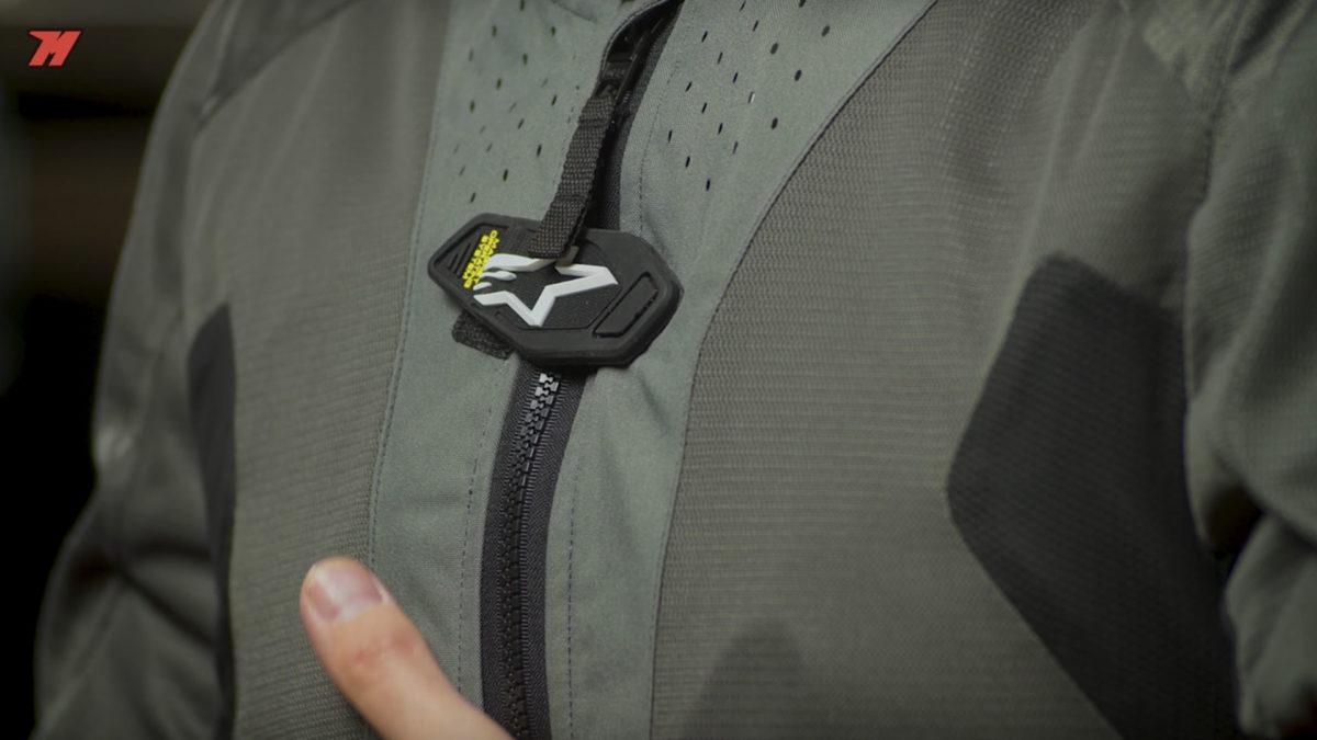 Este sistema de airbag de moto se activa cerrando la cremallera