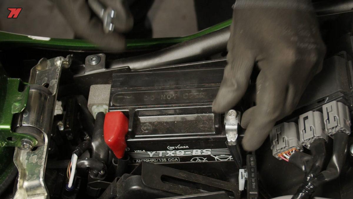Si no vas a usar tu moto durante el invierno, será mejor que desconectes la batería