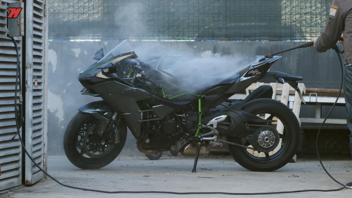 Siempre es recomendable limpiar tu moto habitualmente, la uses en invierno o no