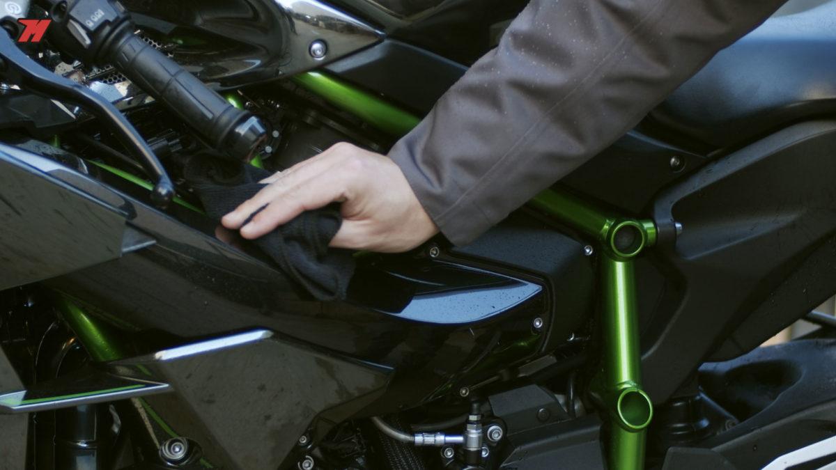 Usa un paño suave para limpiar tu moto
