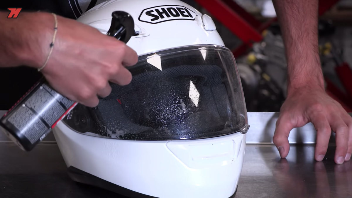 En la pantalla de tu casco de moto no uses limpiacristales