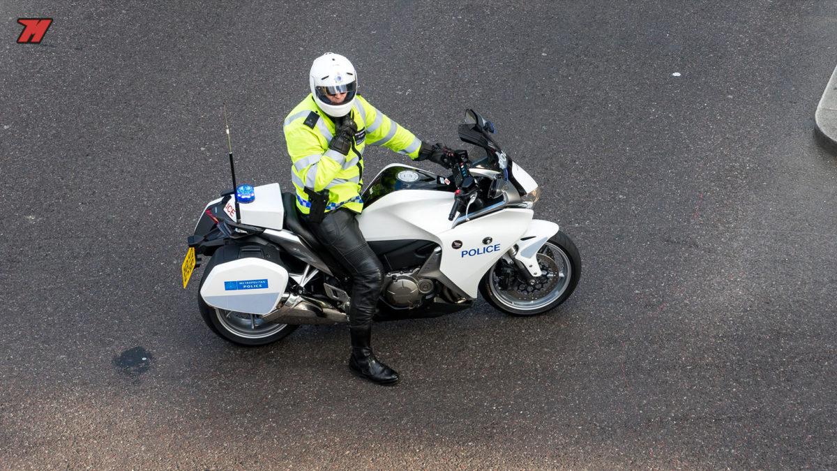 ¿Debemos llevar una mascarilla cuando vamos en moto?