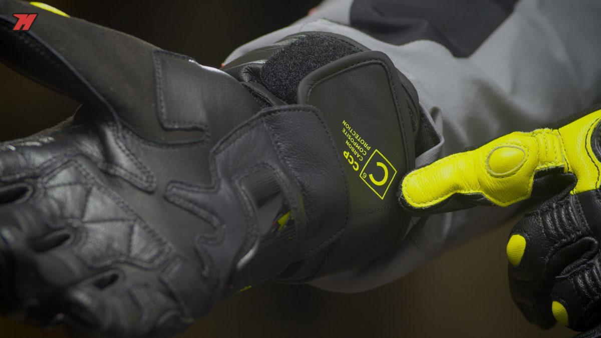 El cierre evita el descalzado del guante