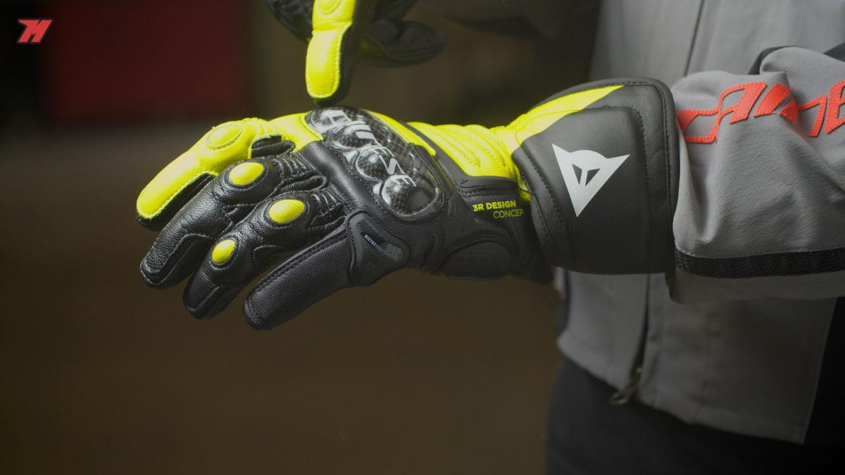 Los guantes de moto deportivos Dainese Carbon 3 son una buena elección.