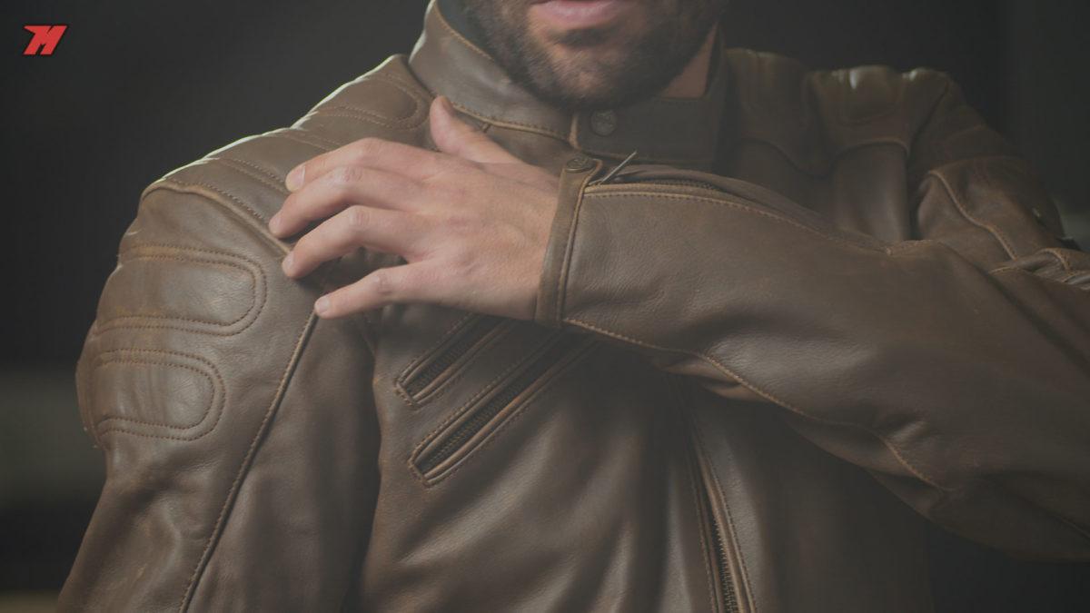 Esta chaqueta Segura Bongo Brown cuenta con protecciones en hombros y codos