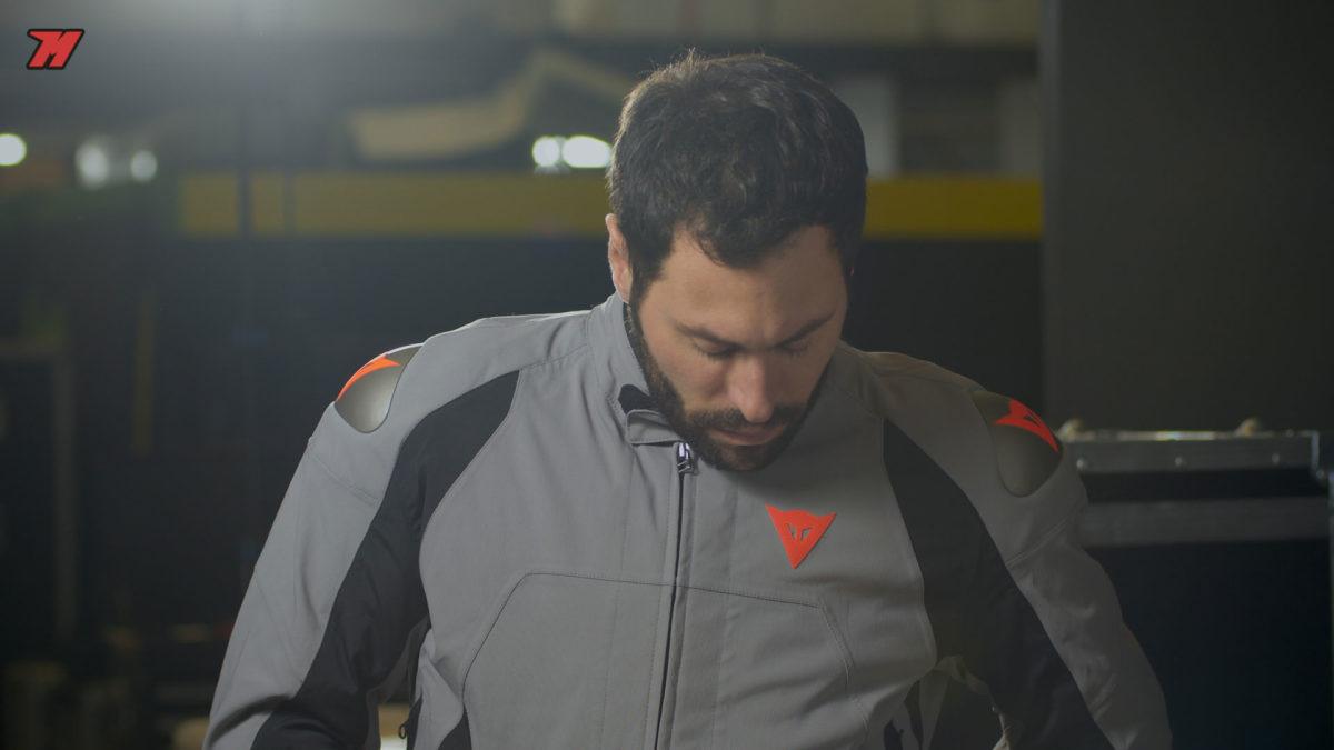 Análisis de la nueva chaqueta de moto Dainese: impermeable, textil y deportiva.