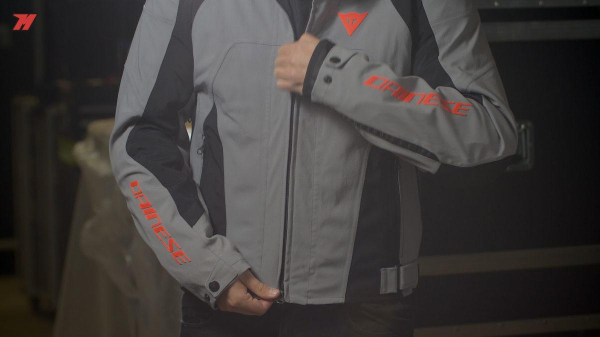 Se trata de una chaqueta de moto muy versátil