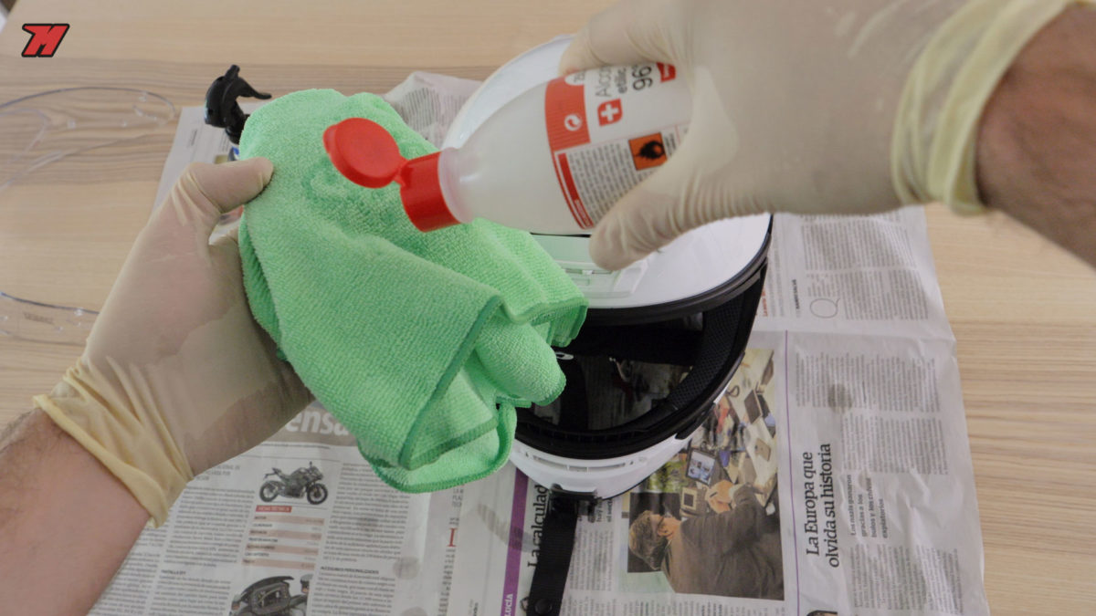 te explicamos cómo desinfectar el casco de moto correctamente.