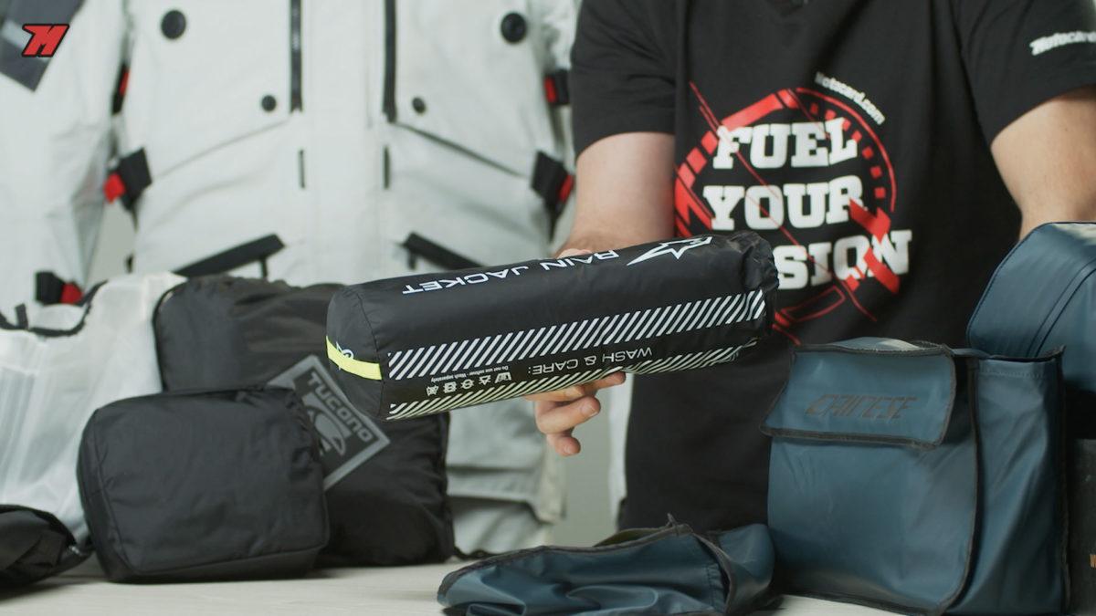 Un impermeable te permite guardarlo en la mochila para cuando no tengas que utilizarlo