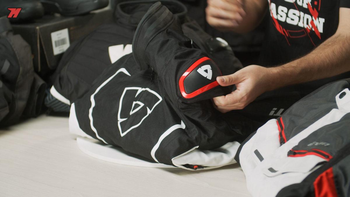 La chaqueta de moto Revit Vertex H2O tiene unas deslizaderas en los hombros