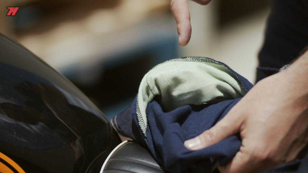 Unos buenos pantalones de moto vaqueros deben llevar refuerzos de Kevlar o Aramida