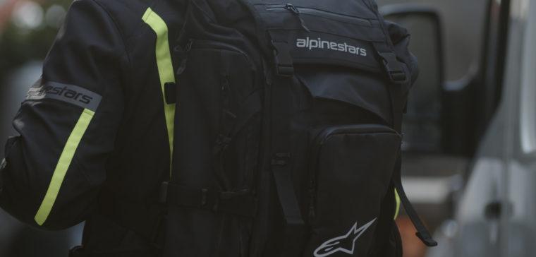 Review de dos mochilas de moto Alpinestars para recorrer el mundo en moto