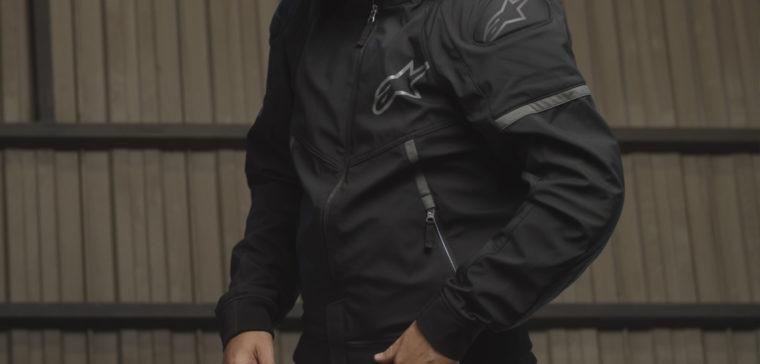 Si buscas una chaqueta de moto cómoda para la ciudad, la Alpinestars Sektor V2 es una buena opción