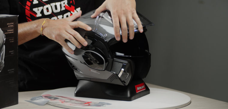 Te explicamos cómo desmontar la visera de un casco LS2.