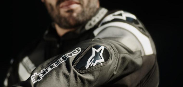 Te explicamos qué chaquetas de moto Alpinestars llevan espaldera
