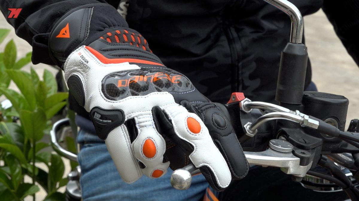 Estos guantes de moto Dainese tienen protectores de carbono